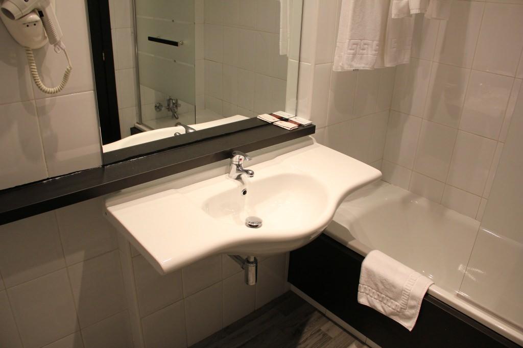 Hotel Madrid apartamento baño 1